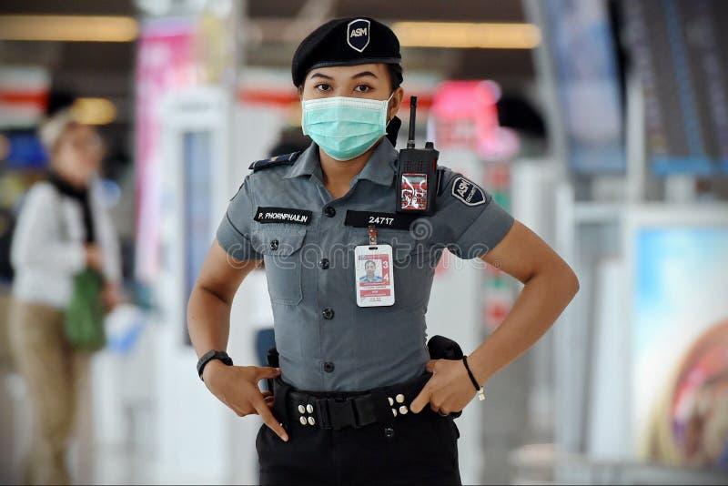 航空旅客戴口罩预防冠状病毒引起的Covid-19 免版税库存照片