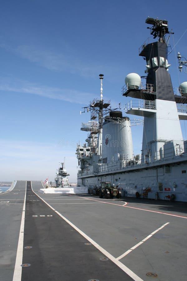 航空母舰甲板飞行 免版税库存图片