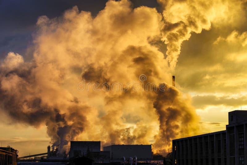 航空背景蓝色工厂污染 1个烟囱工厂 免版税库存图片