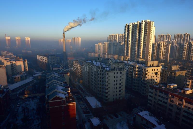 航空背景蓝色工厂污染 免版税库存照片