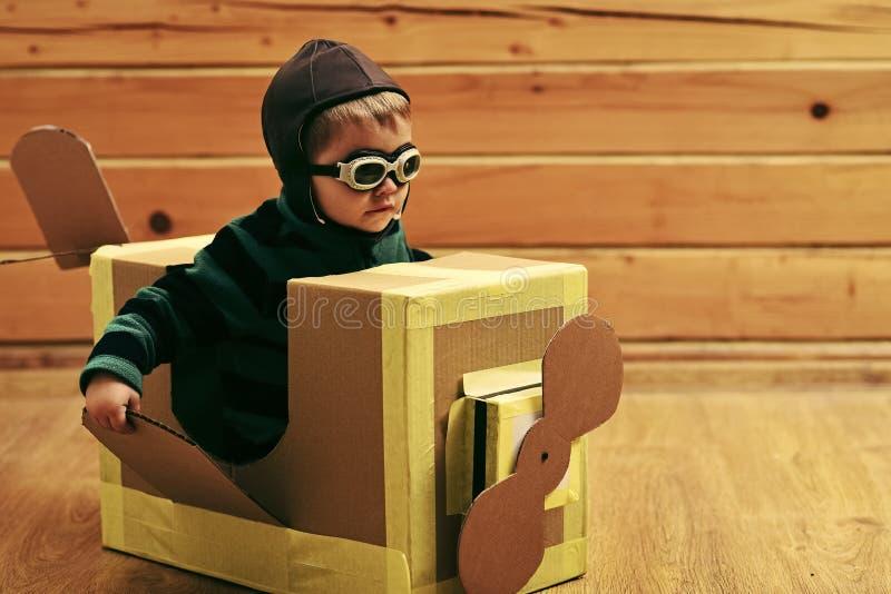 航空邮件交付,飞机结构 获得愉快的孩子乐趣 图库摄影