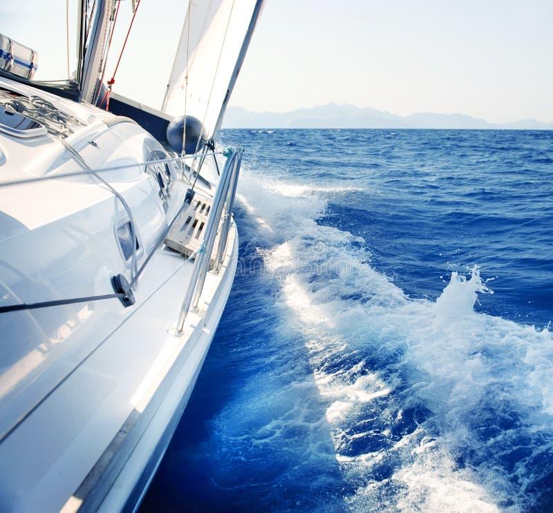 航行。 乘快艇。 豪华生活方式 免版税库存图片
