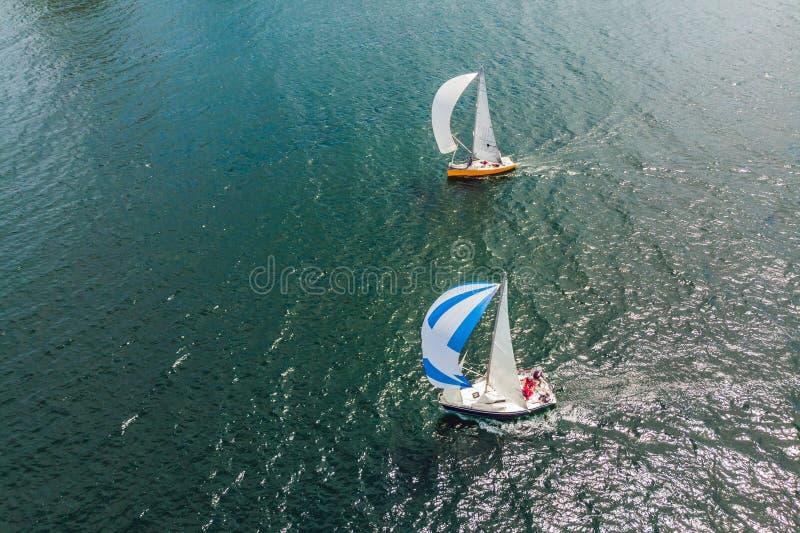 航行乘快艇赛船会 系列游艇和船 从寄生虫的照片 免版税图库摄影