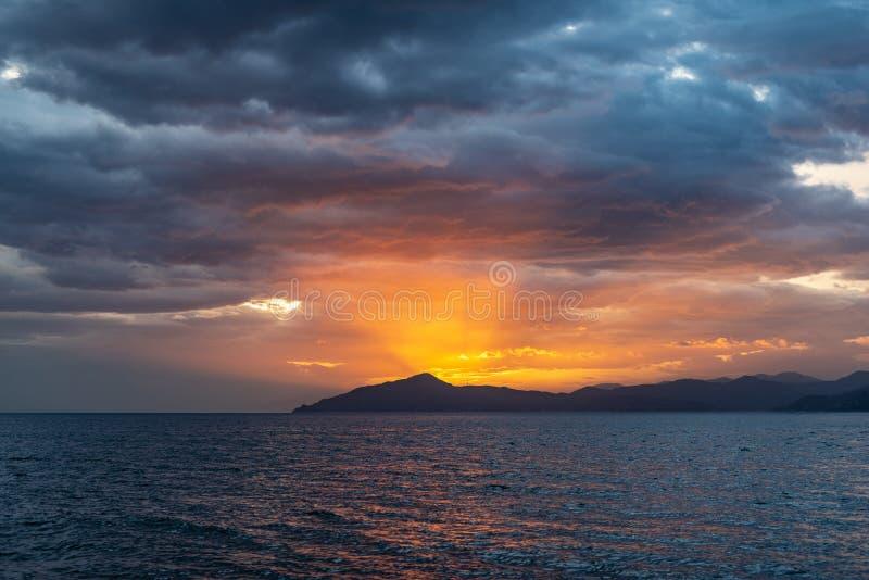 航行向日落的菲诺港 库存图片