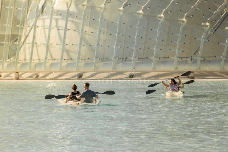 航行在一个水池的人们玻璃小船在艺术和sci城市 图库摄影