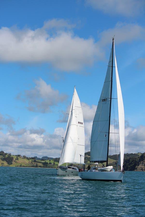 航行在光滑的海的游艇 免版税库存图片