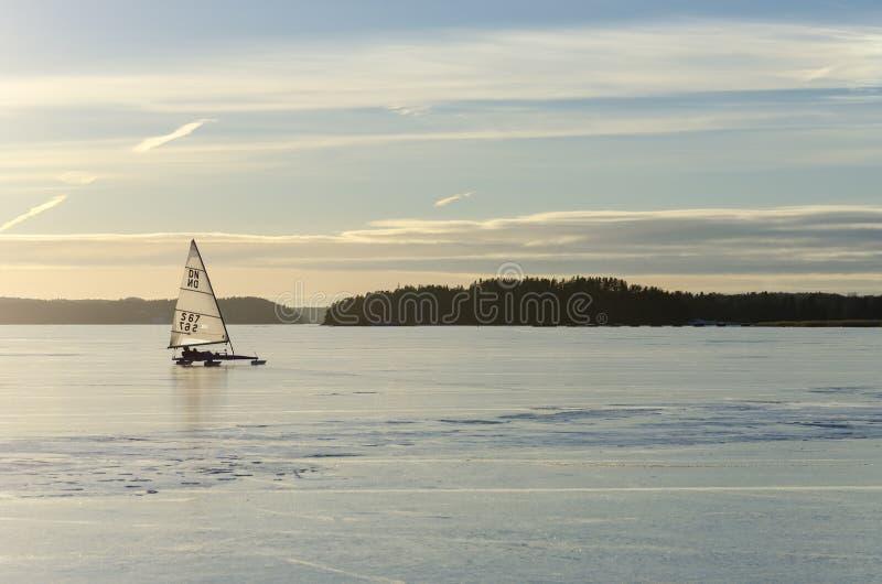 航行在冰 编辑类库存图片