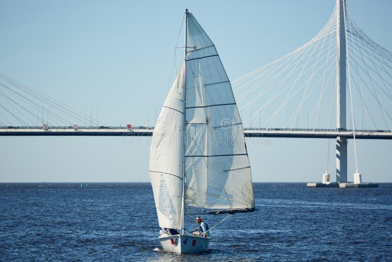 航行在刮风的天气期间 库存图片