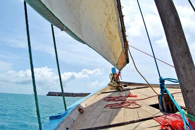 航行在单桅三角帆船在莫桑比克海岛 免版税库存图片