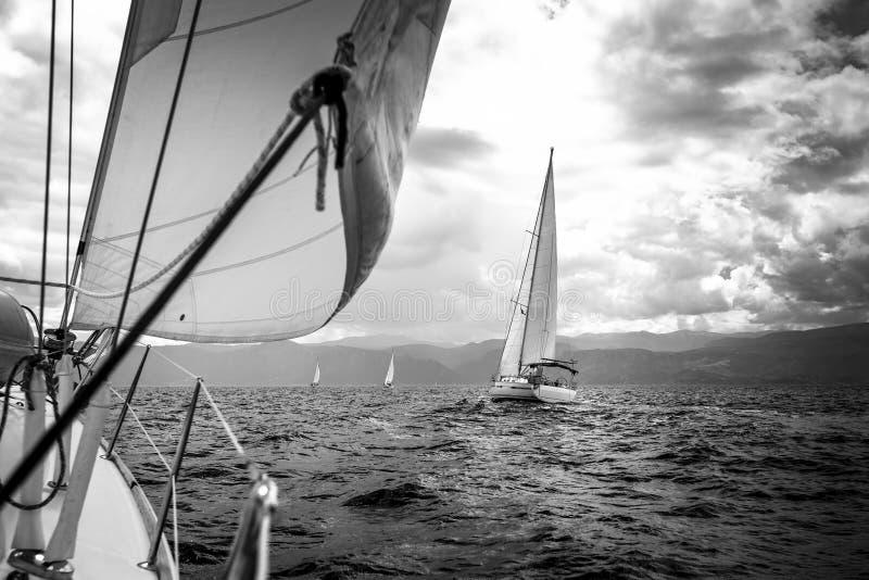 航行在多暴风雨的天气的海乘快艇 免版税图库摄影