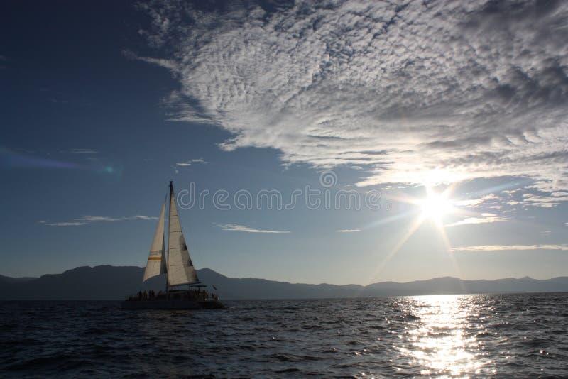 航行在太浩湖,加州的帆船 免版税库存图片