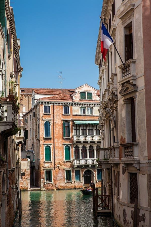 航行在威尼斯美丽的运河的一艘长平底船的游人在一个早期的春日 库存照片