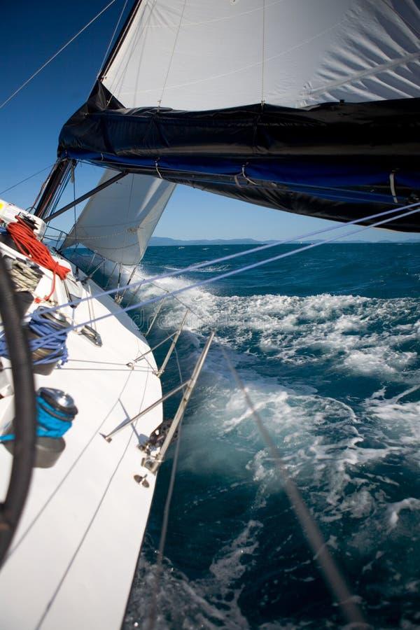 航行在小船 免版税库存照片