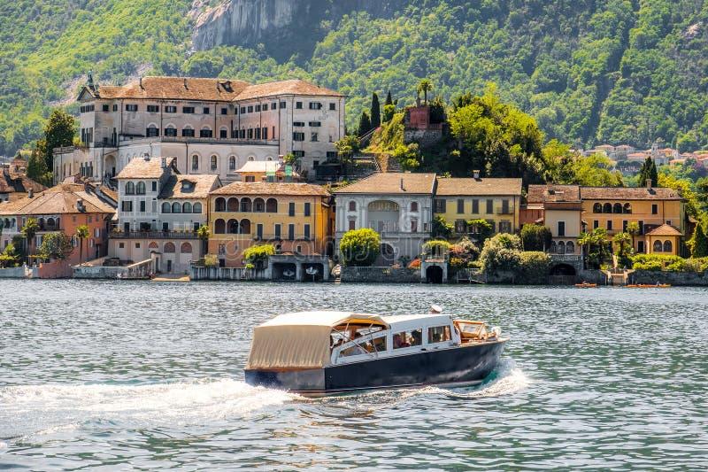 航行在意大利湖小船旅行到Orta的圣朱利奥海岛 库存照片
