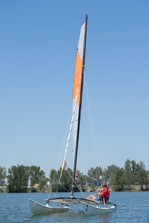 航行在湖-夏天和体育题材 免版税图库摄影