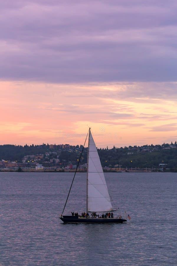 航行在皮吉特湾在日落在西雅图WA 免版税库存图片
