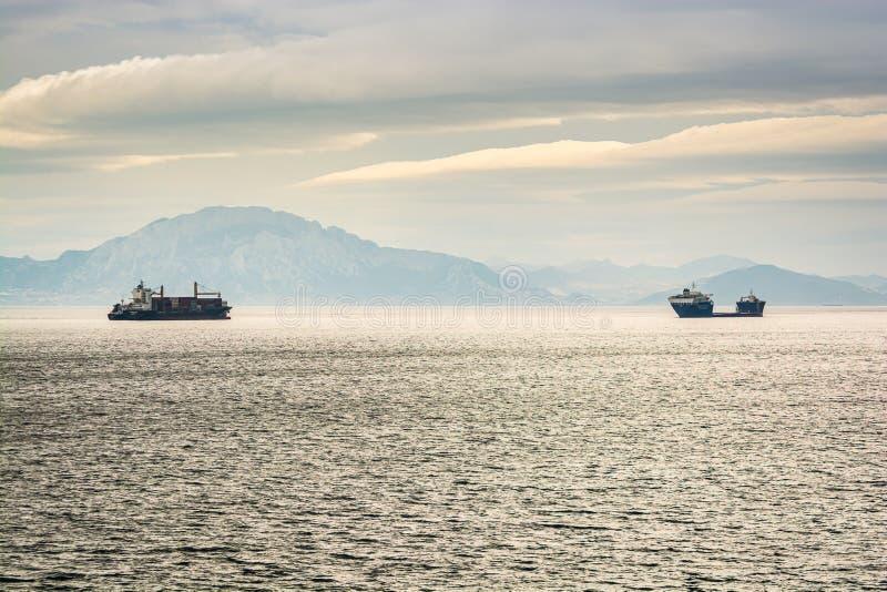 航行在直布罗陀海峡的小船在摩洛哥海岸附近 免版税库存图片