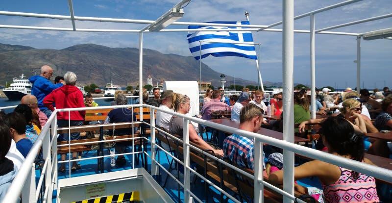 航行在船的露天甲板的游人游览的到Balos海湾  免版税图库摄影