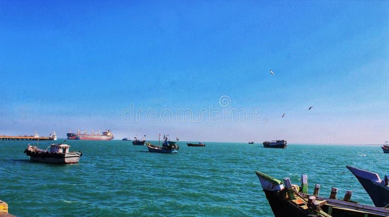 航行在蓝色海洋的船 库存照片