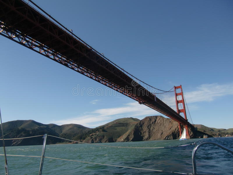 航行在金门大桥下 免版税图库摄影
