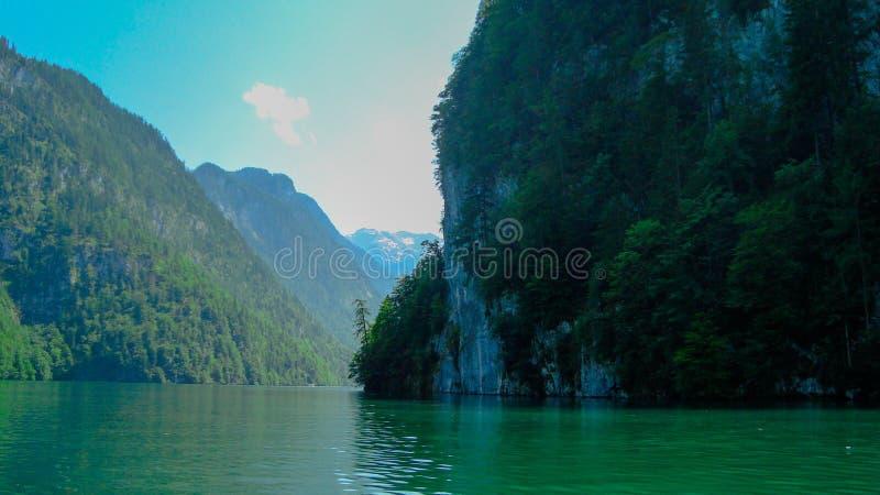 Download 航行在Koenigsee 20 库存图片. 图片 包括有 森林, 沈默, 教会, 风帆, 组塑, 结算, 蓝色 - 62532857