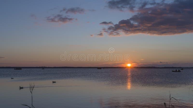航行在Massaciuccoli湖的日落,卢卡,托斯卡纳,意大利 免版税库存照片