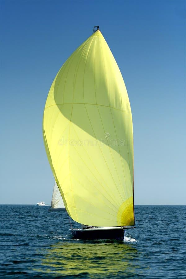 航行大三角帆风游艇 库存图片