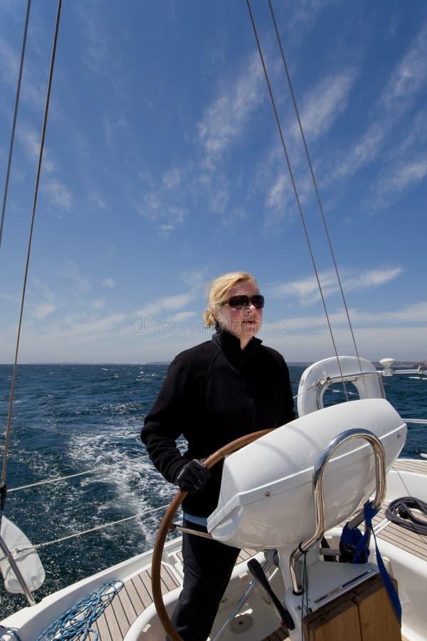 航行妇女游艇 免版税库存图片