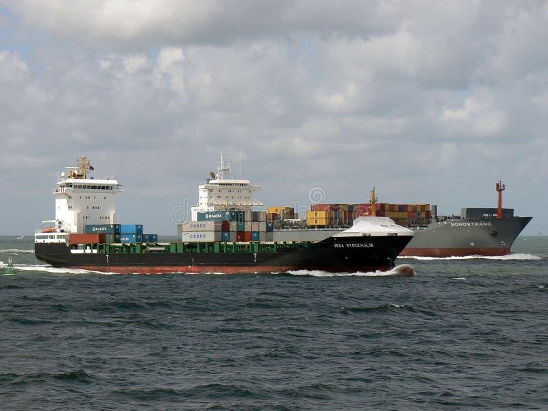 航行往口岸的集装箱船 库存图片