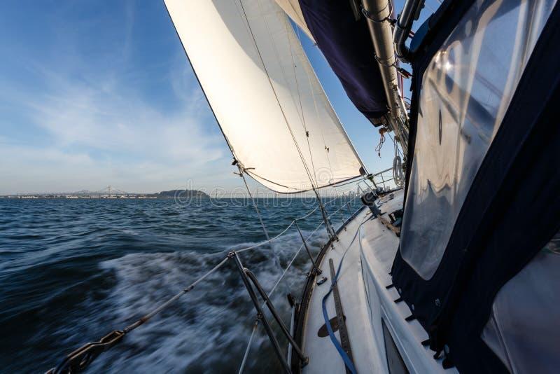 航行往海湾桥梁在旧金山湾 图库摄影