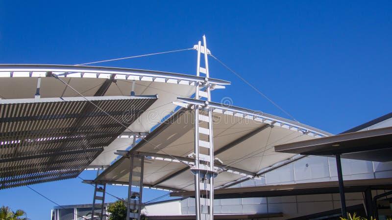 航行树荫荫径由被镀锌的钢和不锈钢钢缆高结构制成反对蓝天d 库存图片