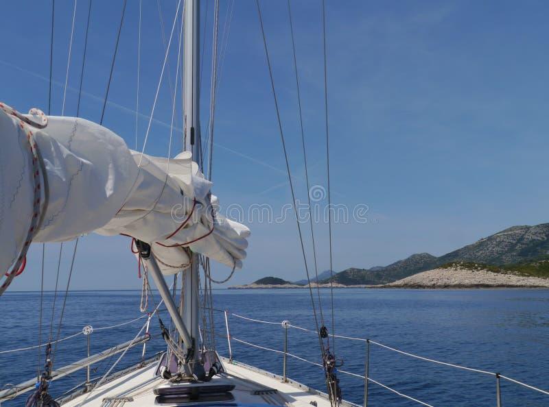 航行沿姆列特岛的北海岸在克罗地亚 免版税图库摄影