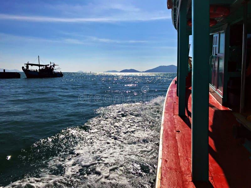 航行波浪和相接船 免版税库存照片