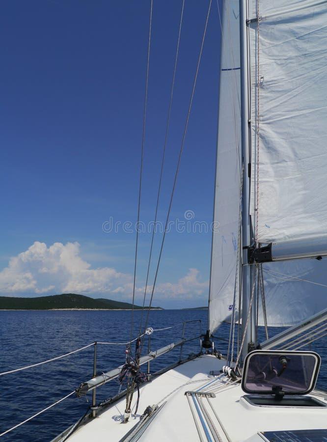 航行游艇在克罗地亚的亚得里亚海 免版税库存图片