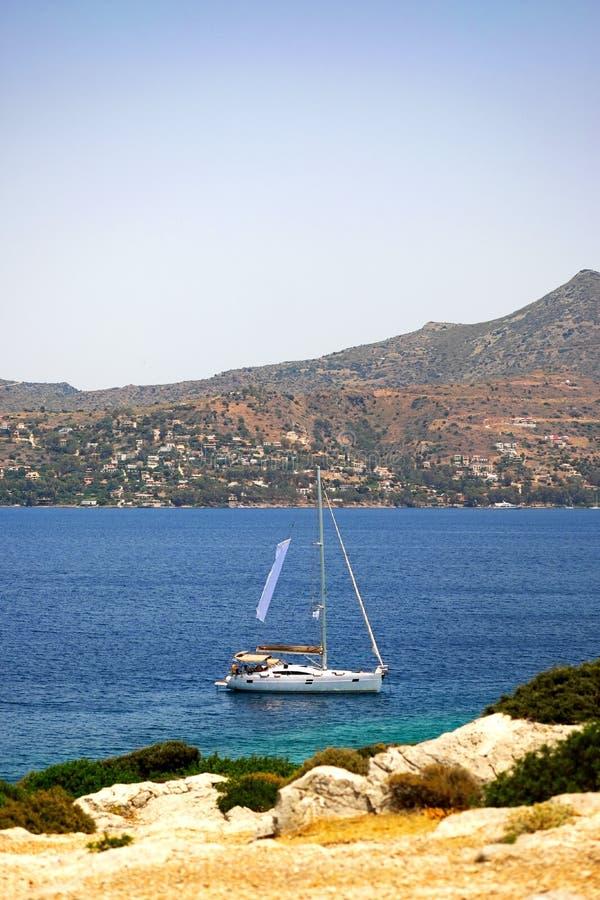 航行游艇在海 生活方式,旅行概念 免版税库存图片
