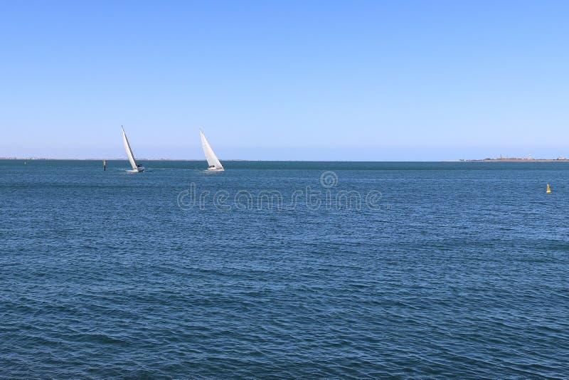 航行游艇在菲利普港湾在吉朗江边 免版税库存图片
