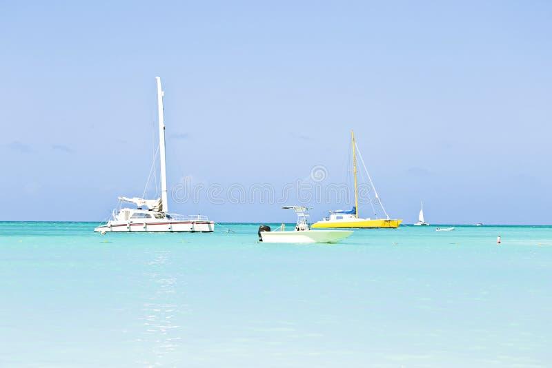 航行游艇在蓝色加勒比海