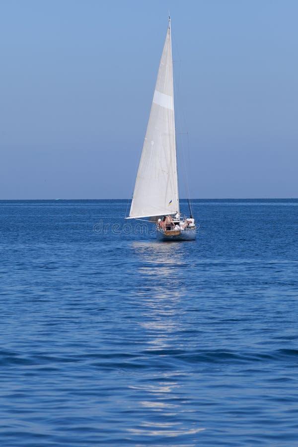 航行漂浮在海的游艇 免版税库存图片