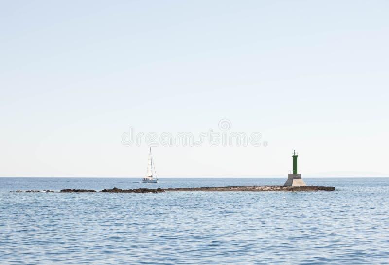 航行由侧向标记的游艇通行证 免版税库存照片