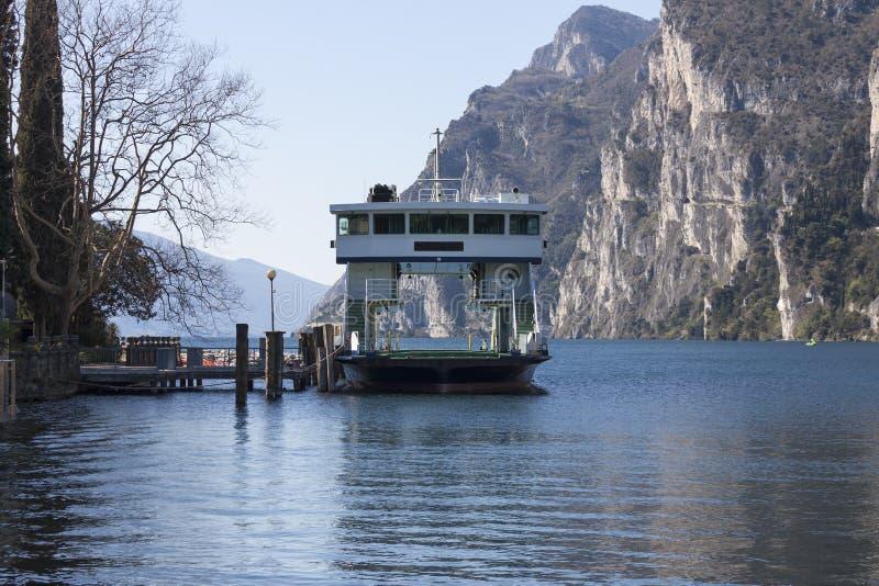 航行的小船在加尔达湖 免版税库存图片