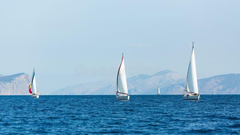 航行豪华小船参加游艇赛船会在爱琴海 免版税库存照片