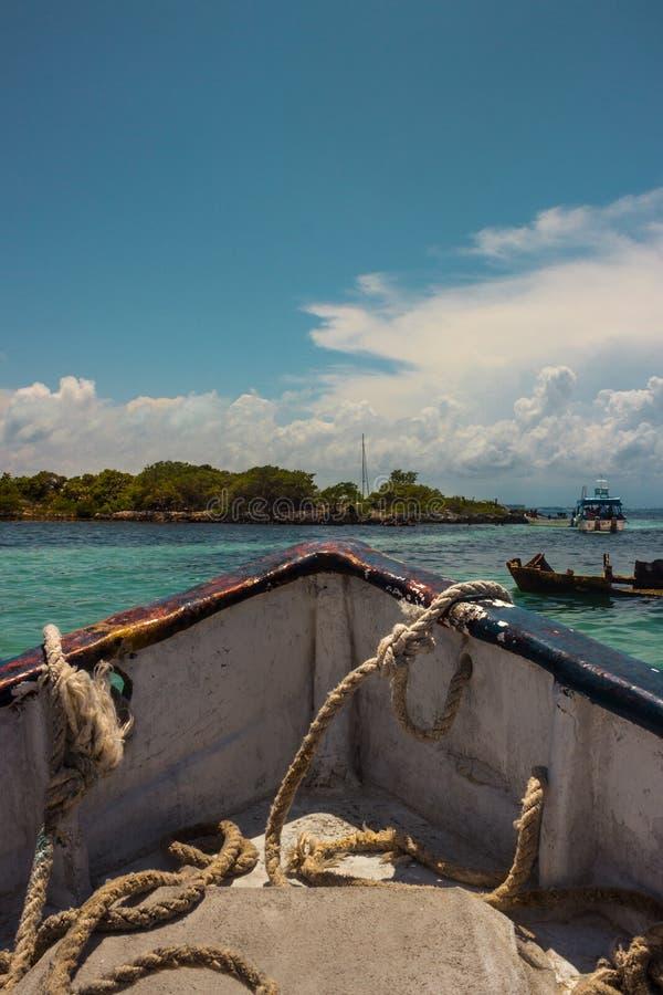 航行通过加勒比海的小船 免版税库存图片