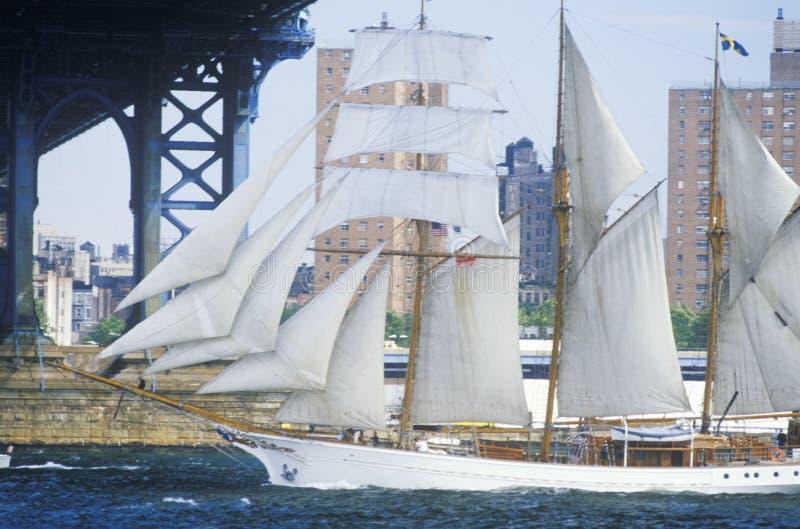 航行从华尔街,曼哈顿的类B高船向布鲁克林大桥,纽约 免版税库存照片
