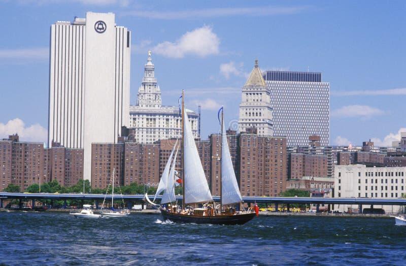 航行从华尔街,曼哈顿的类B高船向布鲁克林大桥,纽约 图库摄影