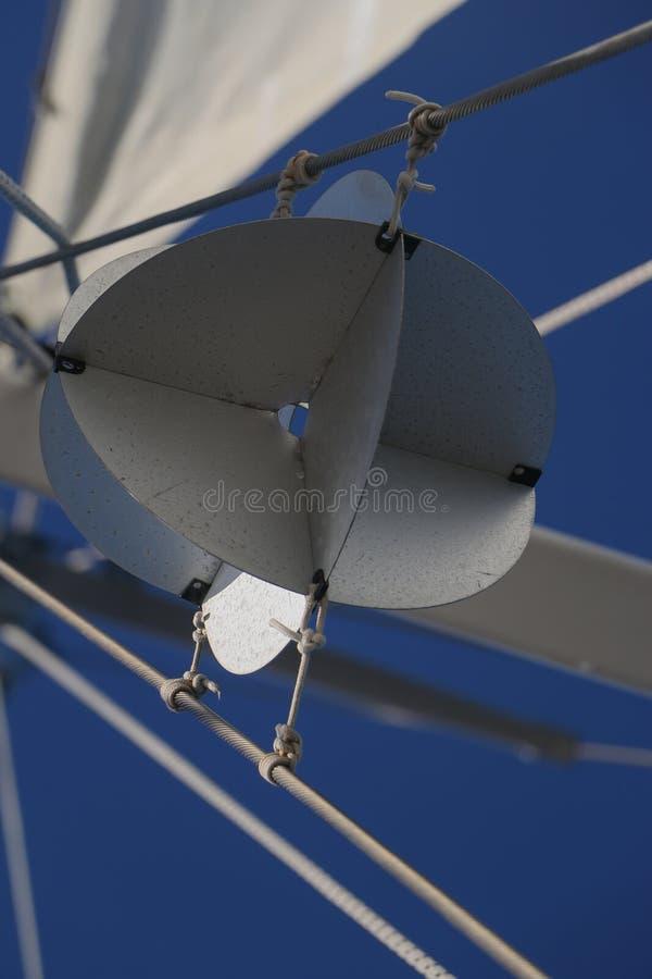 航行细节雷达反对蓝天的反射器球 免版税库存照片
