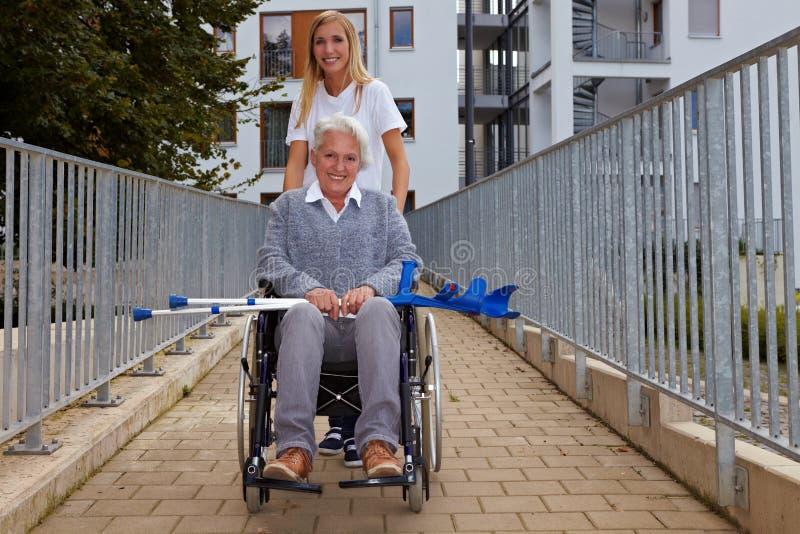 舷梯轮椅妇女 免版税库存图片