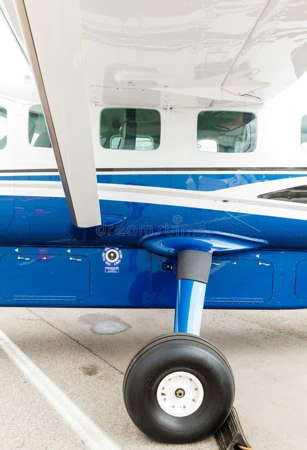 舷窗和起落架小型飞机 免版税库存照片
