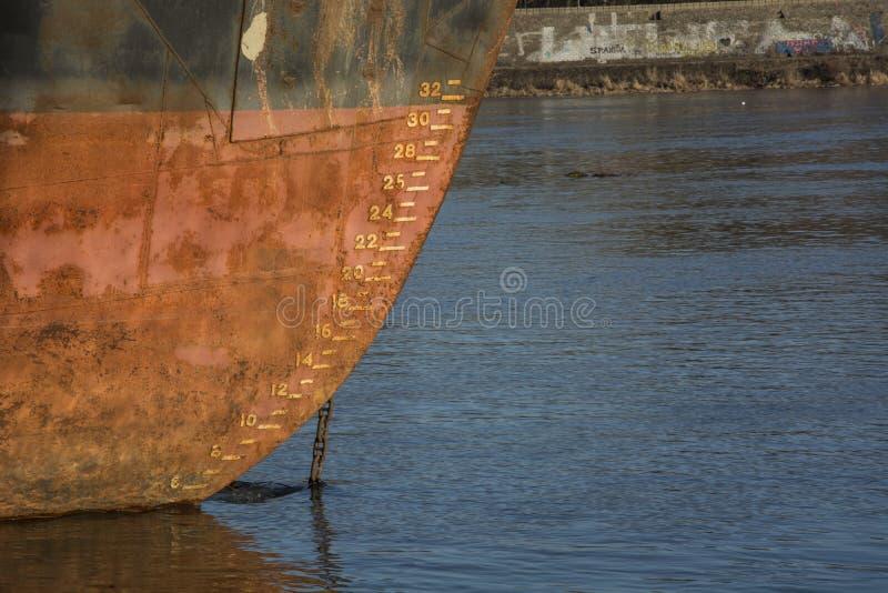 船上面在水中 免版税库存图片