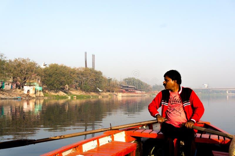 船员划桨手划船到一河清早的中部里 免版税库存照片