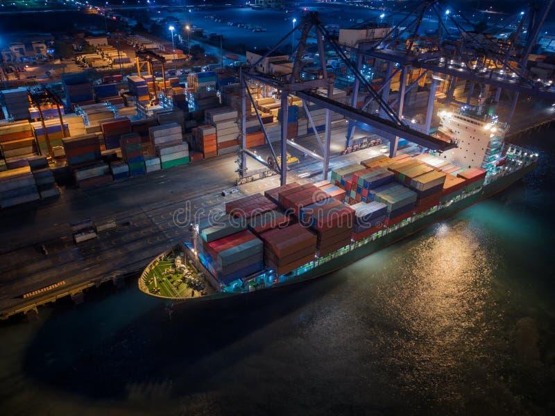 船和容器箱子 免版税库存照片